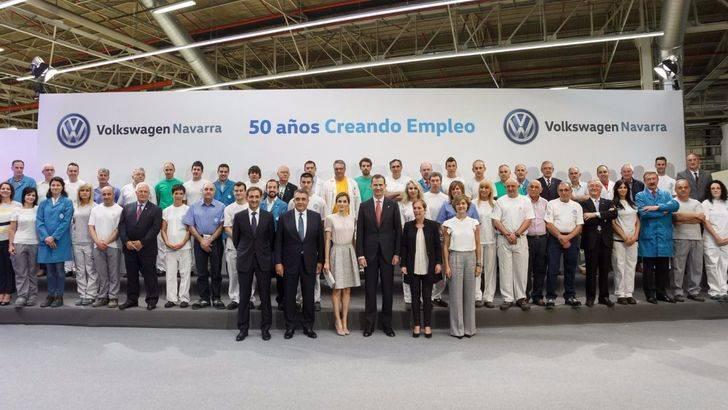 SS.MM. los Reyes han visitado la fábrica de Volkswagen Navarra con motivo del 50 aniversario de la factoría