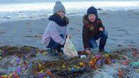 Miles de regalos de huevos Kinder en una playa alemana