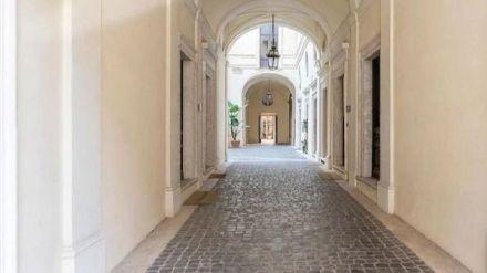 El padre de Paris Hilton subastará una mansión en criptomonedas