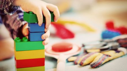 Expertos recomiendan utilizar juguetes para que los niños manifiesten sus emociones durante la cuarentena