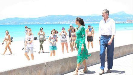 Los Reyes saludan en Baleares a los primeros turistas internacionales: '¡Gracias y bienvenidos a España!'