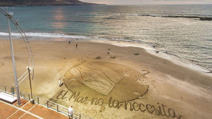 Una gran postal de arena en Las Canteras por un mar libre de mascarillas