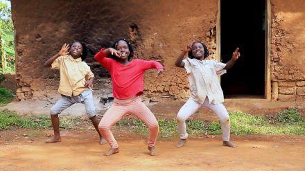 El baile de Navidad de Masaka Kids Africana