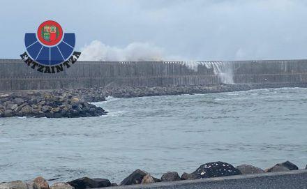 Un remero es arrastrado por las olas mientras corría por el malecón de Orio