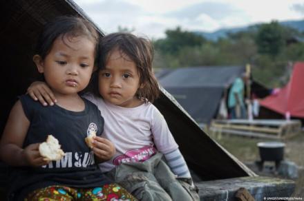 Miles de niños siguen sin hogar en Indonesia